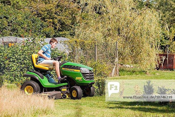 Junge - Person Großbritannien fahren Rasen alt mitfahren Jahr