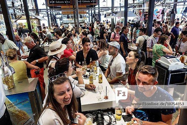 Madrid Hauptstadt Europa Frau Mann am Tisch essen Hispanier innerhalb kaufen Centro Markt Spanien spanisch