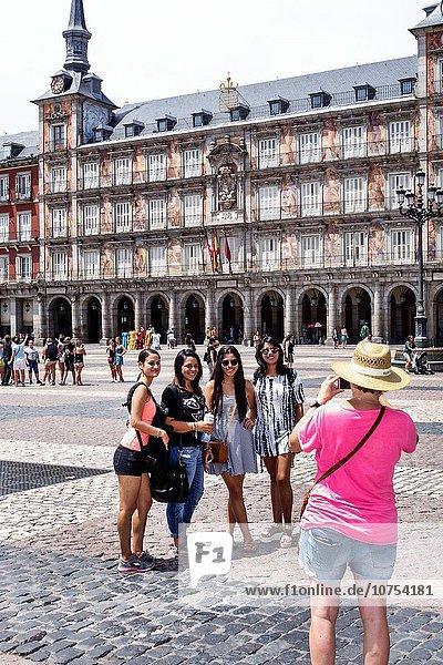 Madrid Hauptstadt Europa Frau Pose Freundschaft Fotografie Gebäude Hispanier Plaza Mayor - Madrid Centro Spanien spanisch