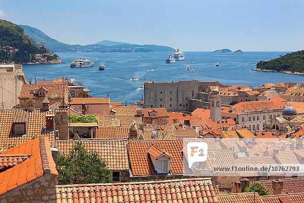 Dach Hafen über unterhalb Stadt Großstadt Boot Turm Ansicht Kreuzfahrtschiff UNESCO-Welterbe Kroatien Dubrovnik alt Weg