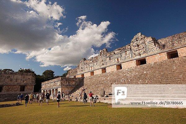 gehen Großstadt Tourist Ausgrabungsstätte Ruine Mexiko Mittelamerika Nonne Maya Uxmal