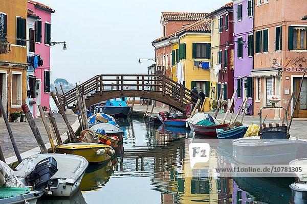 Bunte Häuser am Kanal mit Booten  Burano  Venedig  Venetien  Italien  Europa