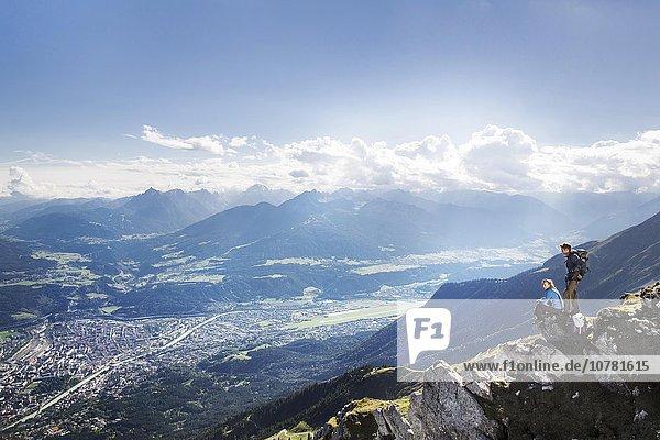 Wanderer  Frau und Mann machen eine Pause an einem Höhenwanderweg  Goetheweg  Karwendel  Innsbruck  Tirol  Österreich  Europa