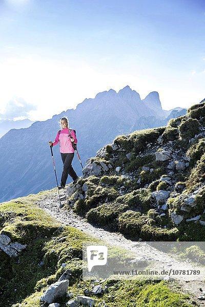 Wanderin wandert am Goetheweg  Karwendel  Innsbruck  Tirol  Österreich  Europa