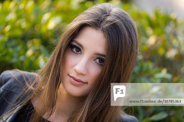 junge Frau junge Frauen Portrait braunhaarig
