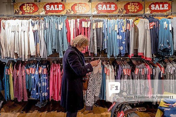 hoch oben Frau Tag Großbritannien Straße Kleidung weiß kaufen Handel belegt Laden Mode Umsatz