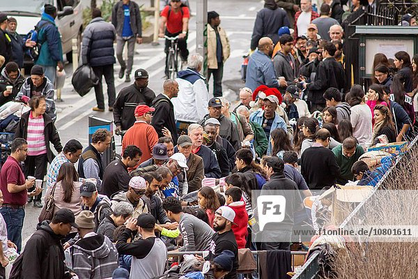 Armut arm arme armes armer Bedürftigkeit bedürftig Decke Wärme Kleidung Kirche frontal Weihnachten Obdachlosigkeit Heiligkeit Freiwilliger verteilen Abend neu Wetter