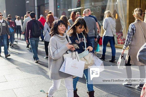 Hordes of shoppers in Midtown Manhattan in New York