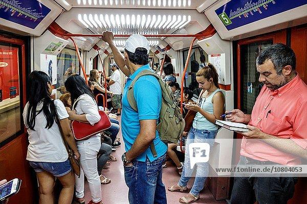 stehend Madrid Hauptstadt Europa Frau Hispanier Pendler Öffentlicher Verkehr Passagier Kabine U-Bahn Metro Spanien spanisch Haltestelle Haltepunkt Station Unterirdischer Gang Zug