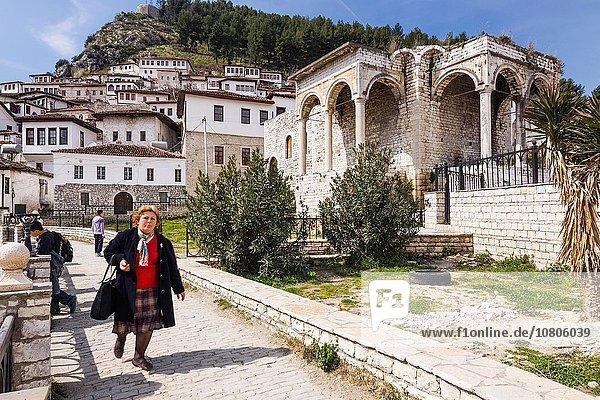 Frau Ruine Palast Schloß Schlösser Albanien Viertel Menge