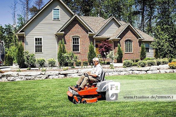 sitzend Mann Wohnhaus schneiden Rasen Bewegung Gras