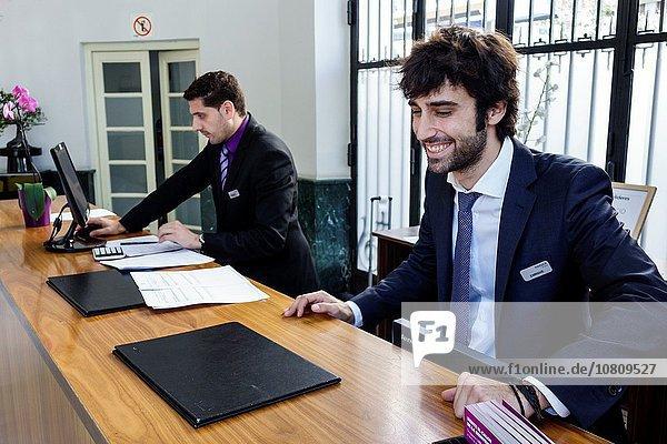 Eingangshalle Madrid Hauptstadt Europa Mann Angestellter Hispanier Hotel Hotelrezeption Rezeption Empfang Spanien spanisch
