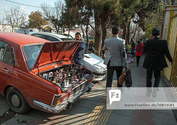 Mann Auto Straße verkaufen Parfüm Iran