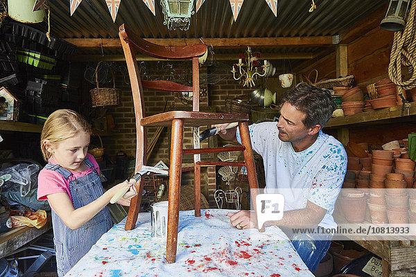 Vater und Tochter Malstuhl in der Werkstatt