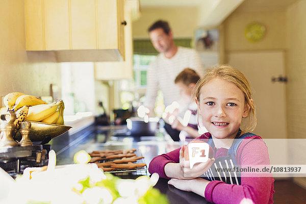 Portrait lächelndes Mädchen beim Apfelessen in der Küche