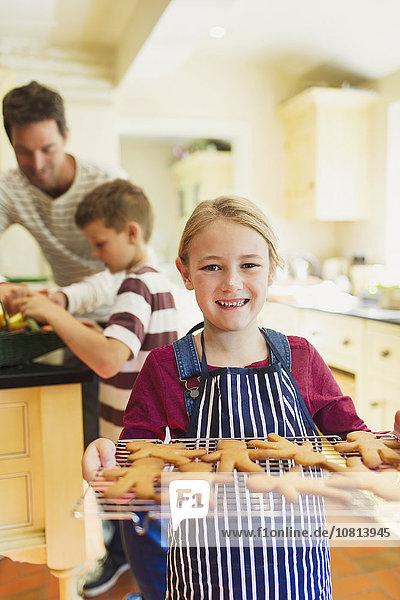 Portrait lächelndes Mädchen mit Lebkuchenstange