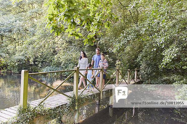 Familienübergang im Park mit Bäumen