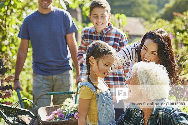 Mehrgenerationen-Familienbindung im sonnigen Garten