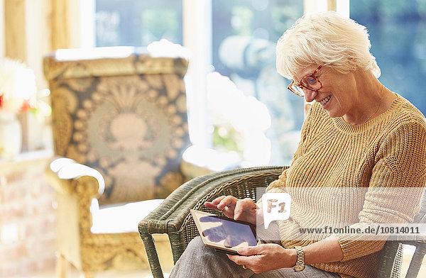 Seniorin mit digitalem Tablett