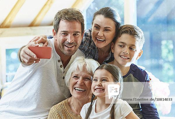 Mehrgenerationen-Familie mit Selfie