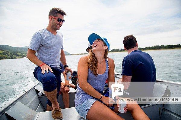 Fünf erwachsene Freunde trinken Bier auf dem Fischerboot in Nehalem Bay  Oregon  USA