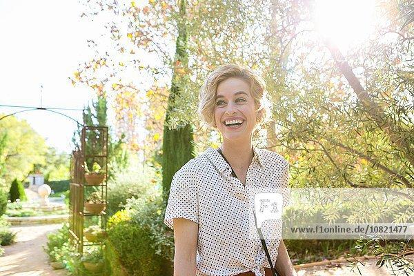 Porträt einer erwachsenen Frau im Freien  lächelnd