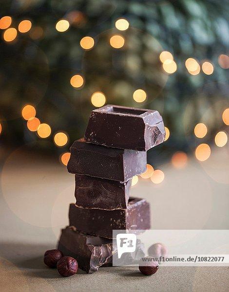 Stapel von Schokoladenblöcken mit Haselnüssen