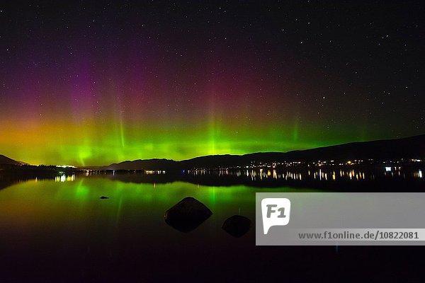 Aurora Borealis über dem Okanagan See bei Nacht,  Kickininee Provincial Park,  British Columbia,  Kanada