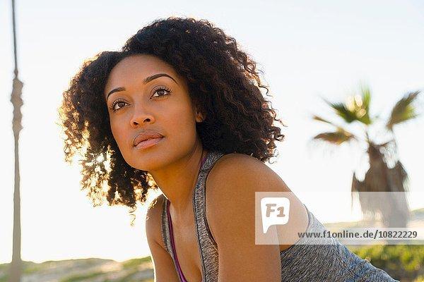 Porträt einer mittleren erwachsenen Frau  im Freien