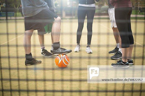 Gruppe von Erwachsenen  die auf einem städtischen Sportplatz stehen  niedriger Abschnitt