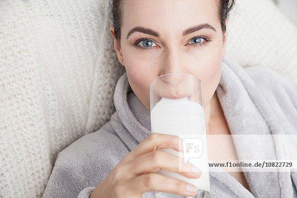 Ausgereiftes Trinken eines Glases Milch