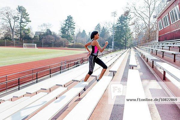 Junge Frau beim Laufen auf der Sportbahn