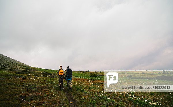 Rückansicht von Mann und Frau beim Wandern im Tal  Ural  Russland
