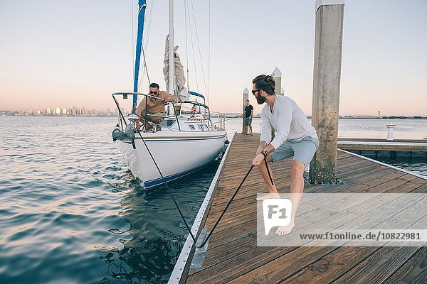 Mann bereitet Segelboot vor  San Diego Bay  Kalifornien  USA