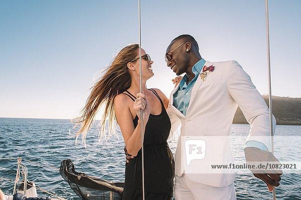 Paar lachend auf einem Segelboot  San Diego Bay  Kalifornien  USA