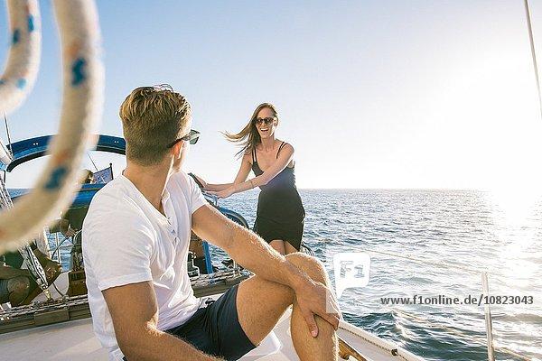 Pärchen-Chat auf einem Segelboot  San Diego Bay  Kalifornien  USA