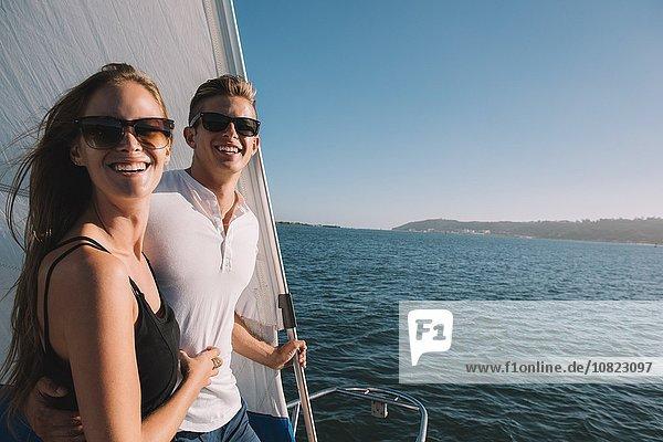 Paar Entspannung auf dem Segelboot  San Diego Bay  Kalifornien  USA