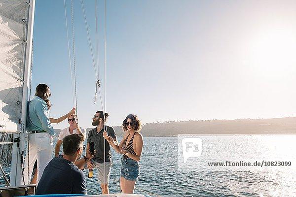 Freunde im Gespräch auf einem Segelboot  San Diego Bay  Kalifornien  USA
