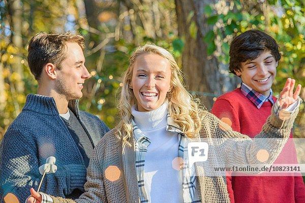 Porträt einer jungen Frau mit Teenager und älterem Bruder im Wald