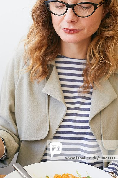 Frau sehen Brille Cafe Close-up Teller reifer Erwachsene reife Erwachsene Kleidung