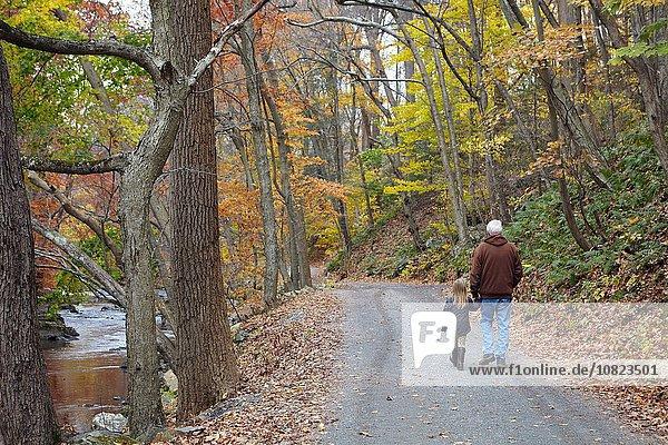 Großvater und Enkelin beim Waldspaziergang