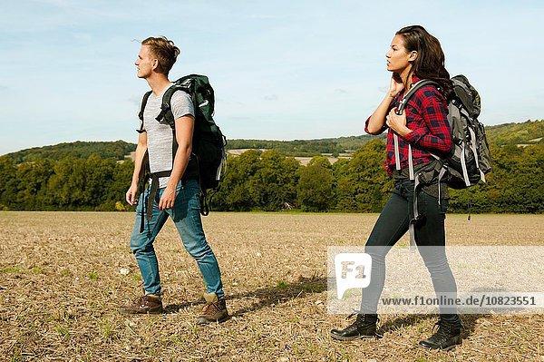 Junges Paar beim Wandern im Feld  Great Missenden  Buckinghamshire  U.K.