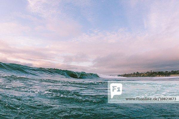 Fernsicht des Surfers auf der Meereswelle nahe der Küste  Encinitas  Kalifornien  USA