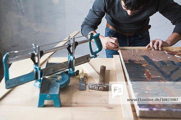 Männlicher Künstler  rahmende Kunstwerke