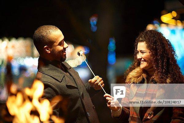 Paar im Freien  nachts  Frau füttert Mann getoastet Marshmellow