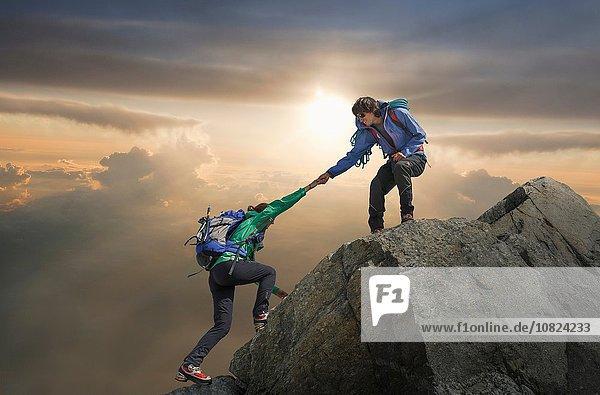 Kletterhilfe für Partner auf dem Berggipfel  Mont Blanc  Frankreich
