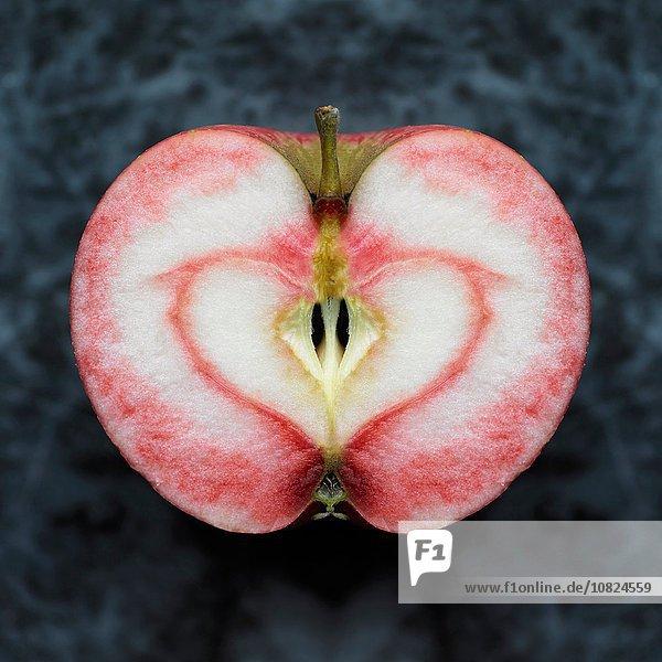 Overhead-Ansicht der nahezu symmetrischen Apfelhälfte mit rotem Herzfleck