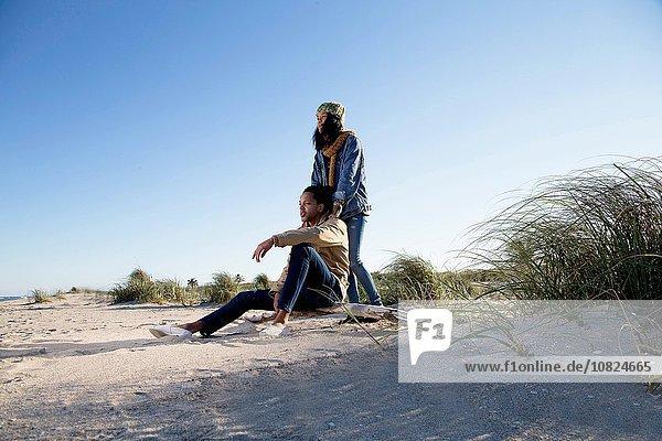 Junges Paar entspannt am Strand  Blick auf die Aussicht
