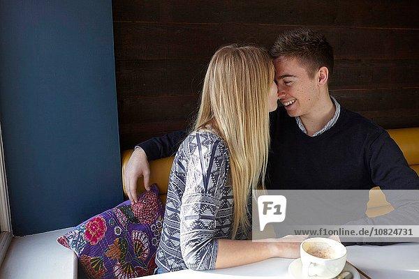 Romantisches junges Paar von Angesicht zu Angesicht im Cafe