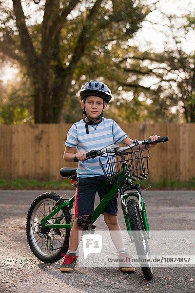Junge mit Fahrrad auf der Straße